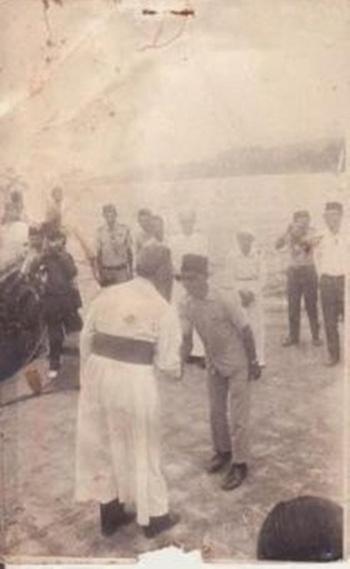 Raja Adonara pada tahun 1973 menyambut tamu dari Vatikan.