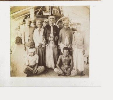 Raja Arkian Kamba di atas geladak kapal miliknya (1907)