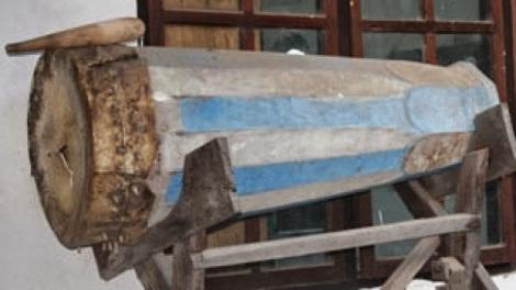Beduk tua peninggalan Kerajaan Islam Labala. Beduk ini sekarang tersimpan di Mesjid al-Muqarrabin Labala. Sumber: http://labala-leworaja.blogspot.co.id/2013/10/bukti-sejarah-masuknya-agama-islam-di.html