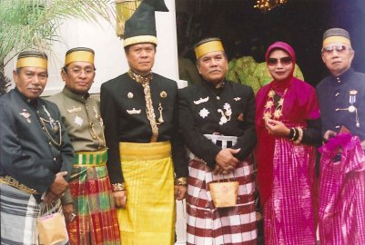 Picture 2nd from l the on 25-7-2008 installed 38th raja, or Karaeng of Sanrabone - Karaeng Andi Ali Malongbasang.