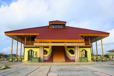 Pada generasi Raja yang ke 4 (empat) barulah istana Kesultanan Indragiri didirikan oleh Paduka Maulana Sri Sultan Alauddin Iskandarsyah Johan NaraSinga II yang bergelar Zirullah Fil Alam. Istana Kerajaan Indragiri salah satu objek Wisata Riau yang paling ramai dikunjungi.