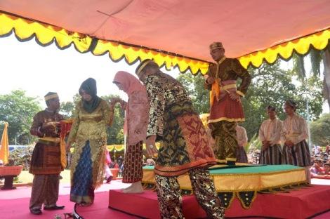 Putri Sultan Bima XIV, Dr Hj Siti Maryam (Ruma Bumi Partiga) usai menobatkan Jenateke.