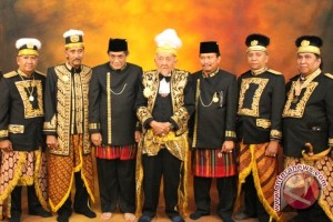 Sultan Aji Muhammad Salehuddin II of Kutai Kartanegara (in the middle)