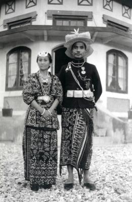 Raja Baa, Joel Simon Kedoh (1928-1948) dan permaisuri Regina Amalo di depan istana modern mereka yang bergaya art-nouveau di Baa, Rote sekitar tahun 1930.