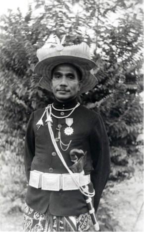 Raja Joel Simon Kedoh, raja untuk seluruh Rote (1928-1948) di depan istana di Baa. KITLV