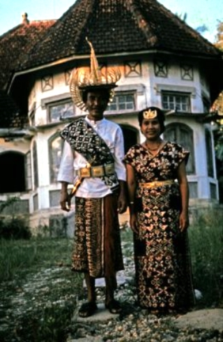Son of Raja Baa, Joel Simon Kedoh of Rote with his wife in front of the palace of his father in 1990.