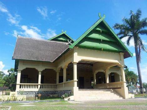 Istana Kesultanan Bima atau Asi Mbojo yang dibangun dari tahun 1927 hingga selesai 1930 ini, di rancang oleh arsitek kelahiran Ambon yang bernama Rehatta yang di buang oleh Belanda ke Bima, dan di bantu oleh Bumi Jaro bersama masyarakat, Istana Asi mempunyai makna yaitu tempat mengeluarkan (Asi bahasa Bima berarti mengeluarkan) segala titah dan kebijakan Kesultanan.