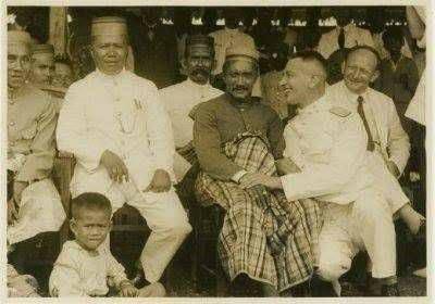 Dari kiri ke kanan: - Arung Berru, - La Ode Farlihi (sultan Buton), - A.Mappanyukki (Mangkau Bone).