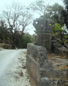 Loleh, P. Rote - Kuburan Raja Lole Noi'i Hua Dilak, yang tergerus proyek pembangunan jalan desa.