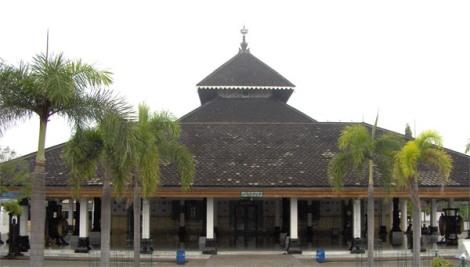 Masjid ini dipercayai pernah menjadi tempat berkumpulnya para ulama (wali) yang menyebarkan agama Islam di tanah Jawa yang disebut dengan Walisongo. Pendiri masjid ini diperkirakan adalah Raden Patah, yaitu raja pertama dari Kesultanan Demak sekitar abad ke-15 Masehi.