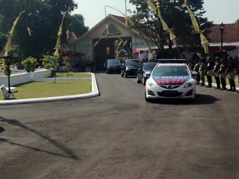 Rombongan ibu Megawati & ibu Puan Maharini memasuki area Kadipaten Puro Pakualaman..