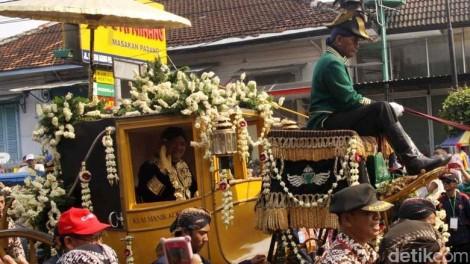 Saat kirab ageng, KGPAA Paku Alam X menaiki kereta pusaka Kadipaten Pakualaman yakni Kiai Manik Koemolo, kamis (07-01-2016).