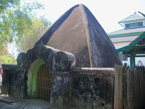 Pintu masuk Makam raja-raja Sanrobone