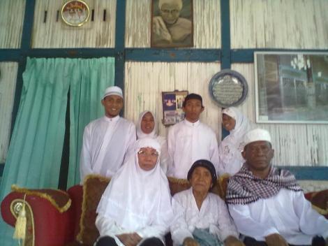 Raja Musa Nasar Heremba of Wertuar in his palace with his mother,queen and family. Paua-Kokas area - umar rifai heremba