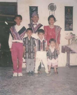 Raja Rugter Gerson bersama istri dan anak-anaknya