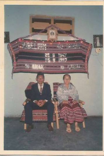 Raja Wellem Christian bersama istrinya..