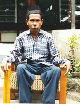 Ini adalah Foto Bapak Yusuf Makunimau. Beliau adalah orang yg dituakan dalam keluarga kami untuk menjadi tuan tanah/kampung untuk menjaga wilayah kolana