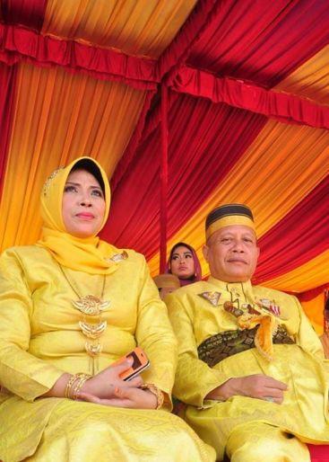Sultan Kahrul Zaman Mts bersama istri Mira Endah Yuliani dari Kesultanan Dompu @ FKN IX Bima Sumber: Fahru Rizki, FB.