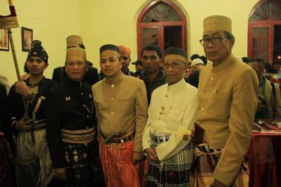 From left to right, Sri Paduka Datu Luwu 40, Andi Maradang Mackulau Opu to Bau, myself, Andi Hasanudin Petta Tawang, Prof. Ahmad Ubbe