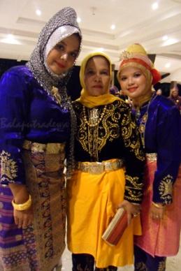 in the middle is Permaisuri Hj. Helmi Mahera Almujahid; main representative of the raja Dynasty of Karang and granddaughter of the lasrt ruling Raja.