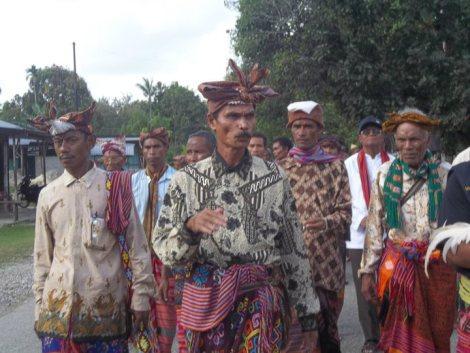 Liurai malaka wehali, dominikus kloit teiseran sedang memimpin para tua adat menuju situs sejarah; he is one of the 2 claimants