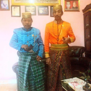 Pewaris kerajaan (kanan, right): Karaeng Andi Muhammad Ali Aspar Arung Didi bersama Keluarga Besar Karaeng Galesong