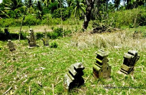 Makam-makam lain yang dibiarkan tanpa pembatas. Salah satu makam di area ini hilang karena dijadikan jalan setapak. Makam-makam ini berada sekitar 15 meter dari makam Banta Ahmad. Sumber: http://hananan.com/2012/09/16/makam-makam-kuno-kerajaan-samudra/