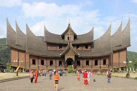 Istano Basa yang dibangun kembali setelah kebakaran tahun 2007.