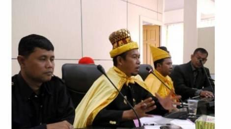 Keturunan Raja Nagan Raya, Aceh, Zulkarnain (dua kiri)