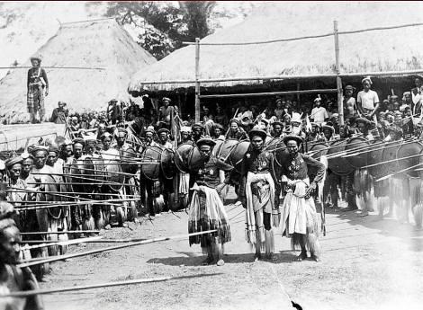Raja Anakalang bersama 2 sub-chiefs dan tentara