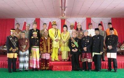 Para Sultan se-Nusantara diabadikan bersama Sultan H Baharuddin Harahap, SAg, dan Permaisuri Naduma Sari Gusti Raden Ayu Boru Siagian. 2008