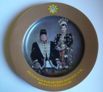 Piring kenangan Sultan Haji Baharuddin Harahap S.ag dan Permaisuri.