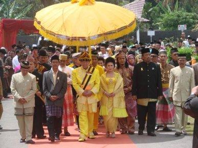 Sultan H Baharuddin Harahap, SAg, dan Permaisuri Naduma Sari Gusti Raden Ayu Boru Siagian bersanding dan diarak menuju Istana Tunggang Bosar. 2008