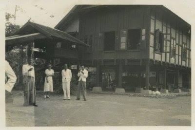 Foto Arung maiwa bersama J Mouvroow istri Controlieur Belanda di Rappang tahun 1930. sejarah sulawesi,,
