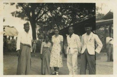 Foto Arung maiwa bersama J Mouvroow istri Controlieur Belanda di Rappang tahun 1930. Sejarah Sulawesi