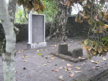 Makam Krg. Galesong di Ngantang-Jawa Timur. Sumber: http://chengxplore.blogspot.co.id/2011/11/karaeng-galesong-kehujanan-di-ngantang.html