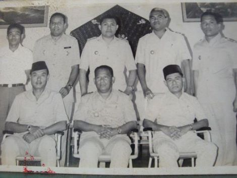 Middle front: Raja Haji Hasan Arubusman,last ruling raja of Ende(1947-1974);died 1992.With members of his government.Flores island