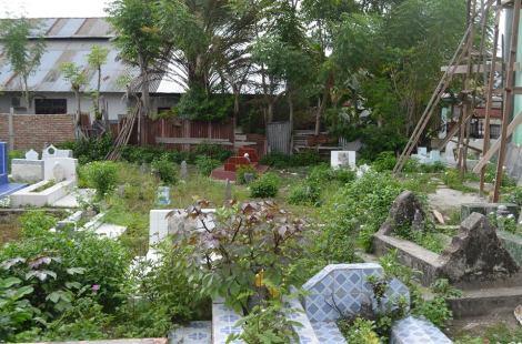 Makam magau djaelangkara dan DatuMpedagi di foto Kompleks pemakaman magau Tavaeli belakang Masjid Tavaili...