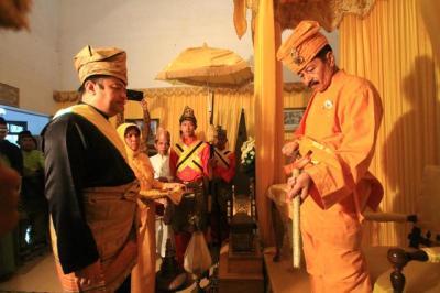 Tuanku Sultan Al-Haji Zainul Abidin Mansyur Syah (kanan) menjalani prosesi penyerahan keris Pusaka Kesultanan Negeri Kualuh dalam penambalan pemangku adat Kesultanan Negeri Kualuh.//Anita/sumut pos. Mei 2013.