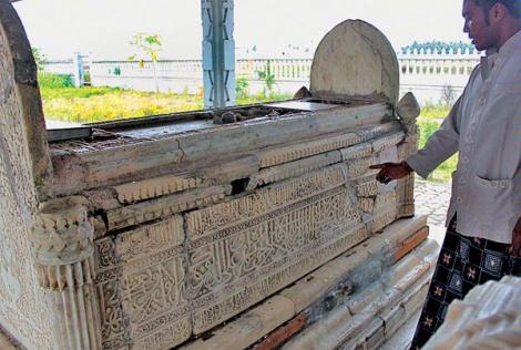 Warga membaca relief ayat suci di Makam Sultan Zainal Abidin, raja ke-4 Kerajaan Samudra Pasai, Desa Kuta Karang, Kecamatan Samudra, Aceh
