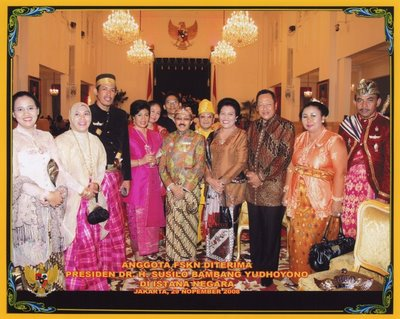 Foto: 2008. Extreme left: The Wife of Pangeran Gunarso Kusumodingrat (Secretary-General of the Forum Silaturahmi Keraton se Nusantara(FSKN). in the middle : Pangeran Gunarso Kusumodiningrat. Right to him in yellow: Sultan Basharsyah II of Serdang (N-Sumatra). Extreme right: Raden Th. Lalu Putra of Siladendeng (a Sasak principality on Lombok).