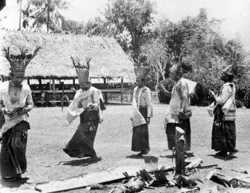 Priests perform a ritual in the Bora te Biromaru kampong