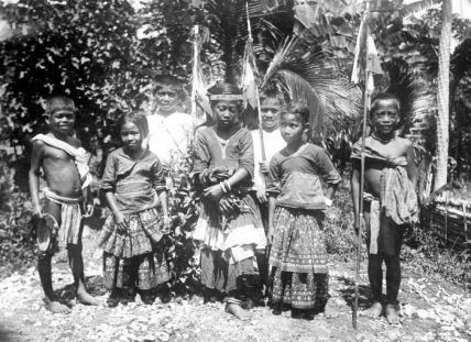 Suku Kulawi dulu. Sumber: https://galeriwisata.wordpress.com/wisata-sulawesi/wisata-sulawesi-tengah/info-wisata-sulawesi-tengah/wisata-kulawi/