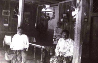 Interior dari sebuah rumah Manek Matheos Yoesoef Johannis (kiri) dari Landu, di Rote sekitar tahun 1925. [sumber:KITLV]. Sumber: http://satutimor.com/landu-affair-1756-mengapa-nusak-landu-jarang-penduduknya.php