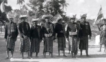 Pertemuan para manek Rote tahun 1930-an. Dari kiri ke kanan: Thobias Malelak dari Keka (ketiga dari kiri, meninggal 1966), Christian Paul Manubulu dari Korbafo (keempat, 1926-1989), DL Detaq dari Baa (kelima, meninggal 1938), tidak diketahui (keenam), Yusuf William Johannis dari Landu (ketujuh, 1916-1961). Matheos Yusuf William Johannis ini adalah keturuan dari raja-raja Landu yang terlibat pertikaian di tahun 1756 yang berakhir dengan pembantaian oleh VOC. [sumber: dipersembahkan oelh Middelkoop kepada KITLV]. Sumber: http://satutimor.com/landu-affair-1756-mengapa-nusak-landu-jarang-penduduknya.php