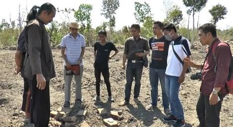 Warga masyarakat Langko Kecamatan Janapria di hebohkan dengan penemuan puing-puing yang diklaim sebagai benteng kedatuan Langko