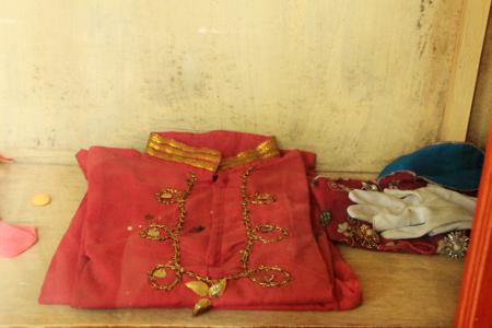9._Tidak_hanya_peralatan_rumah_tangga,_namun_juga_pakaian_yang_pernah_dikenakan_tentara_Kerajaan_Badau_tersimpan_di_Museum_Badau_