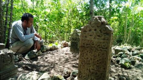 BATU nisan bertanggal 1462 yang ditemukan di kompleks bekas Kerajaan Lamuri, di Desa Lamreh, Kecamatan Mesjid Raya, Kabupaten Aceh Besar. Foto direkam Kamis (9/10/2014)