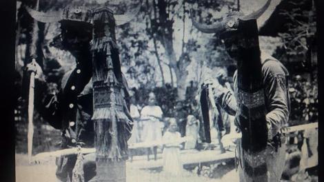 Shaman sedang melakukan Ritual dan Prajurit sedang Menarikan Tjakalele dari Bora, Biromaru...pramaartha pode, fb,