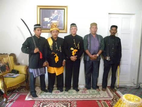 second from left Raja Kuala Bate, Teuku Raja Nasruddin.